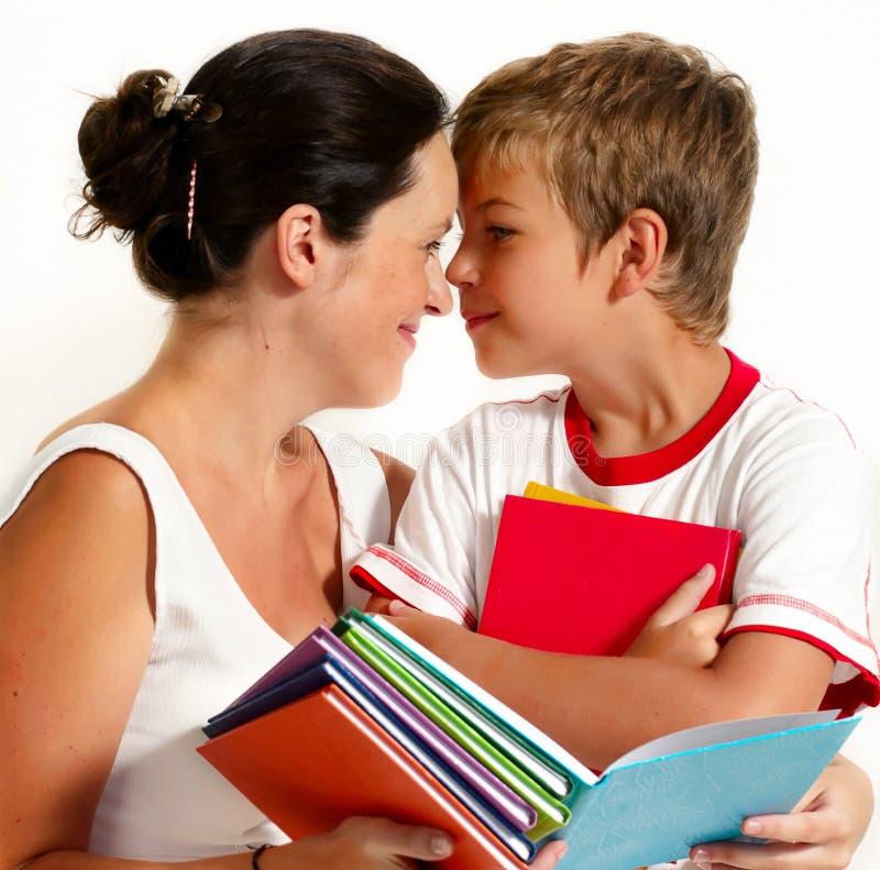 Mère avec le fils affichant le livre image libre de droits