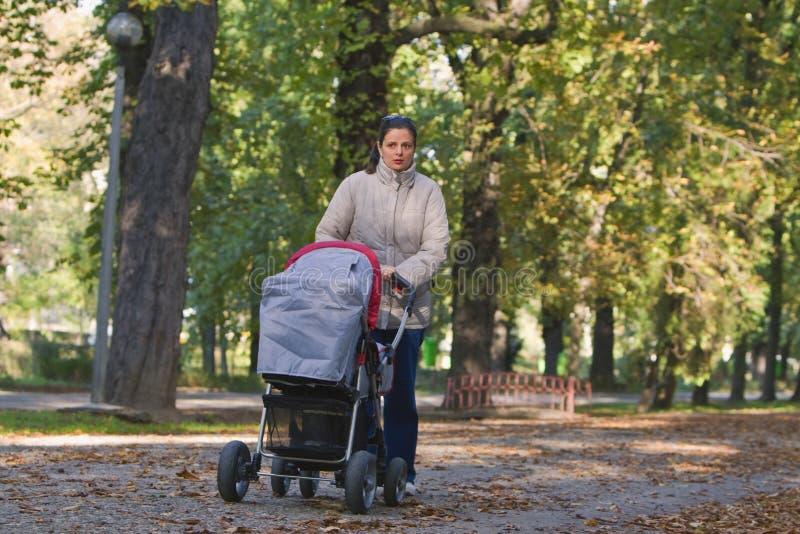 Mère avec le landau photographie stock libre de droits