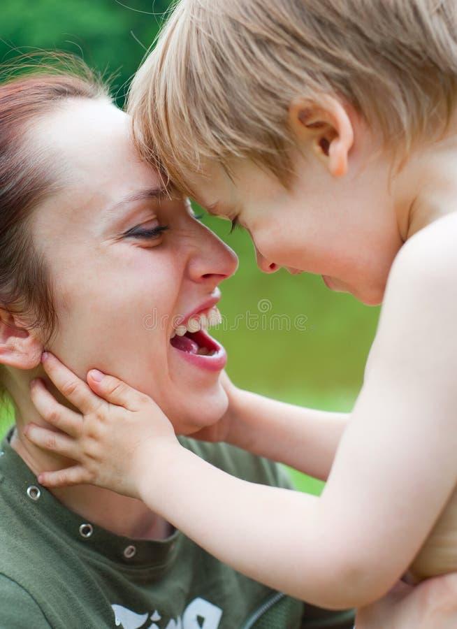 Mère avec rire de fils photos stock