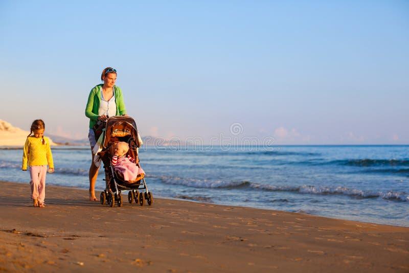 Mère avec sa fille et bébé sur une plage sablonneuse photographie stock libre de droits