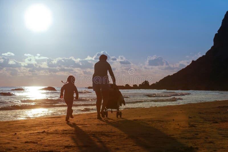 Mère avec sa fille et bébé sur une plage sablonneuse photographie stock
