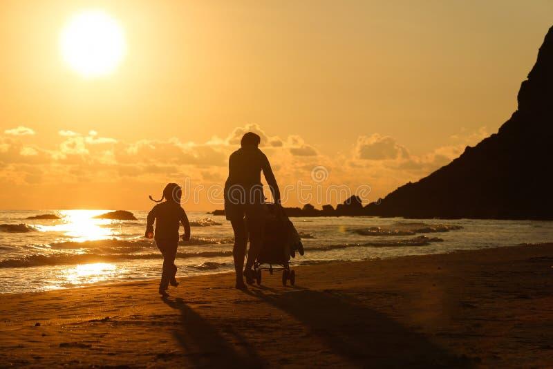 Mère avec sa fille et bébé sur une plage sablonneuse photos libres de droits