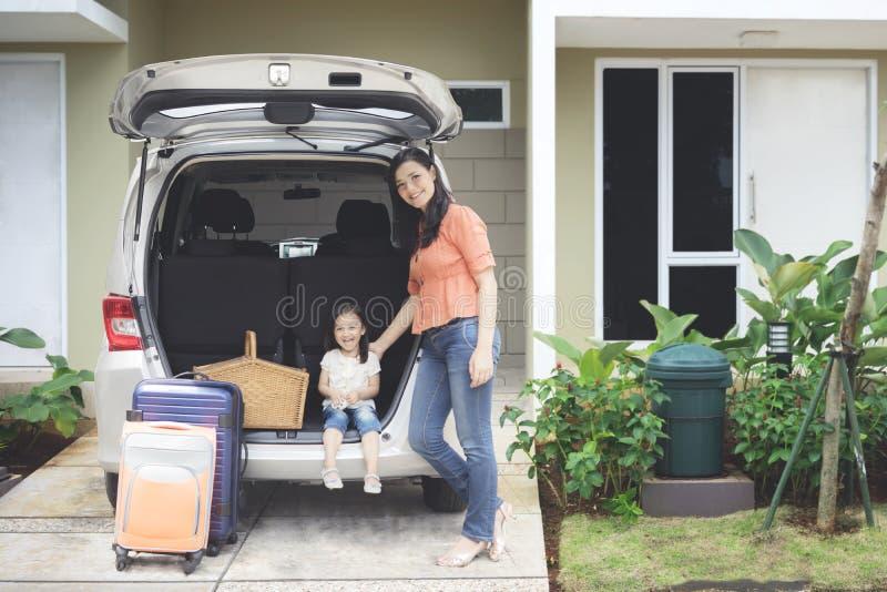 Mère avec sa fille prête aux vacances image stock