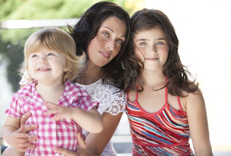 Mère avec ses belles filles photos libres de droits