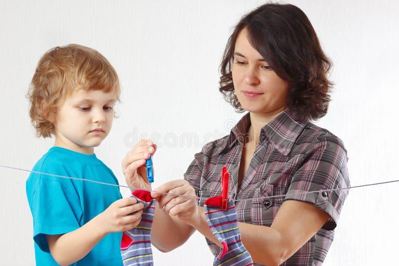 Mère Avec Ses Chaussettes S Arrêtantes De Petit Fils Image libre de droits