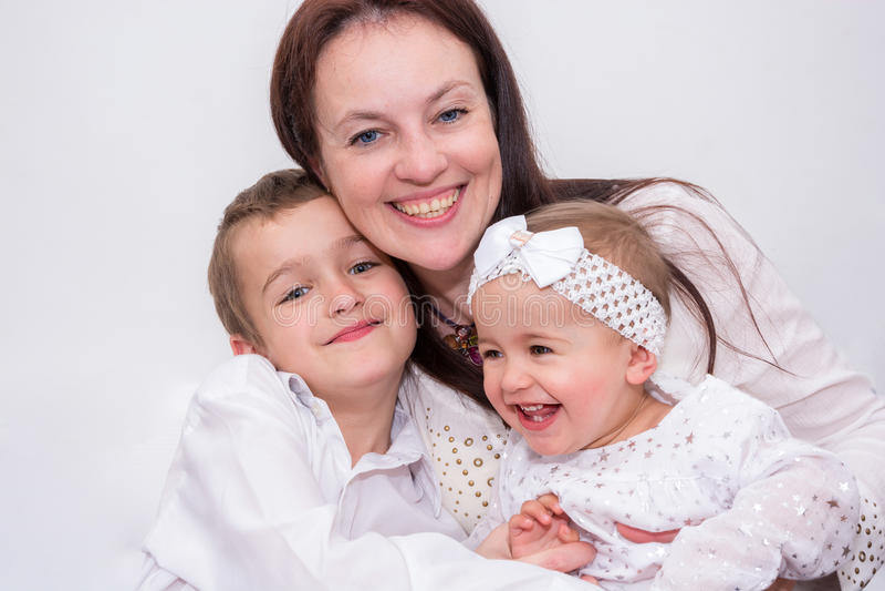 Mère avec ses deux enfants photographie stock
