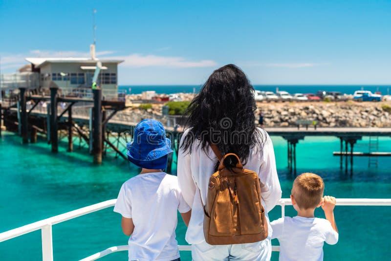 Mère avec ses fils se tenant sur la plate-forme de ferry photo libre de droits