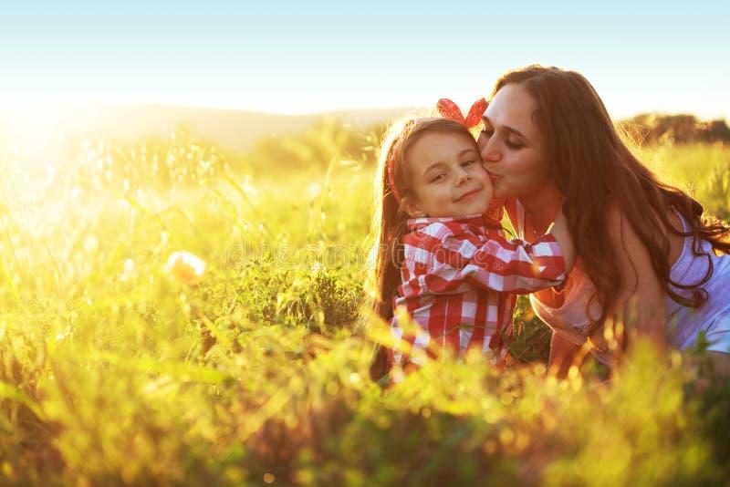 Mère avec son champ d'enfant au printemps image stock