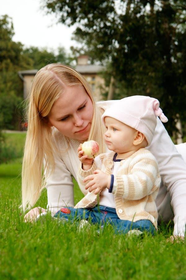 Mère avec son descendant photo stock