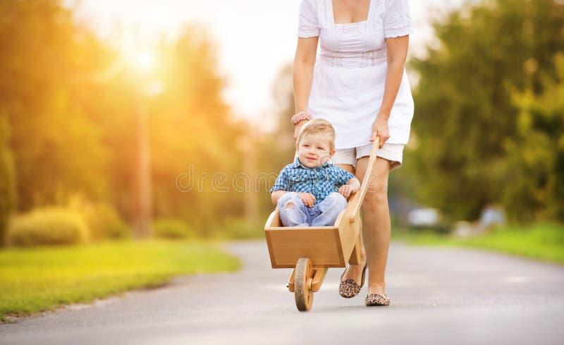 Mère avec son fils photographie stock
