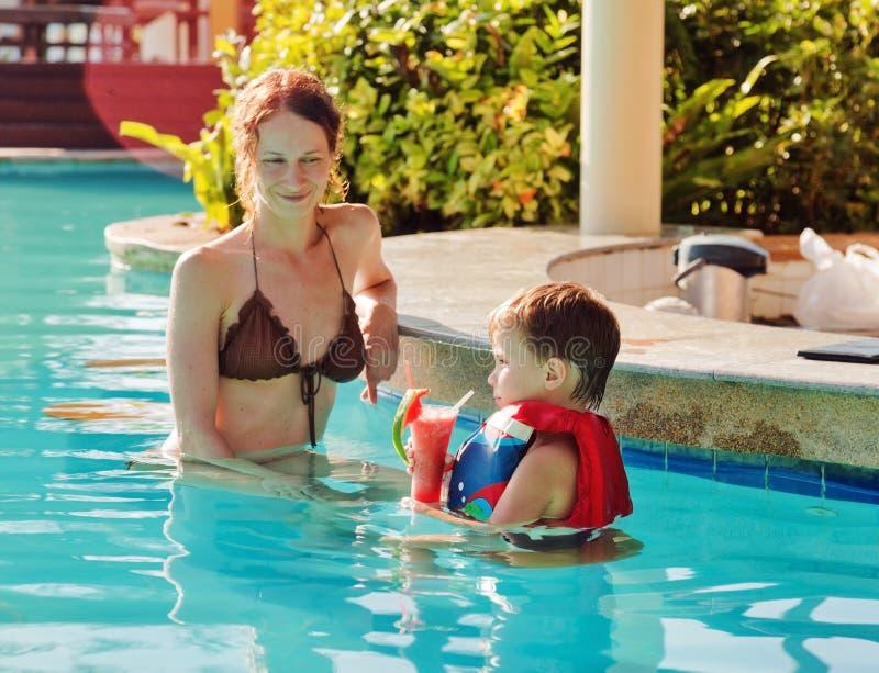 Mère avec son fils dans la piscine images stock