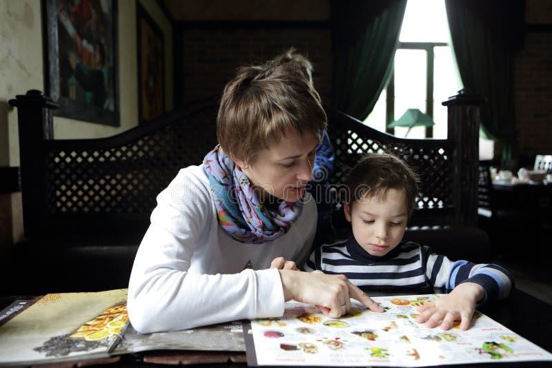 Mère avec son fils dans le restaurant image stock