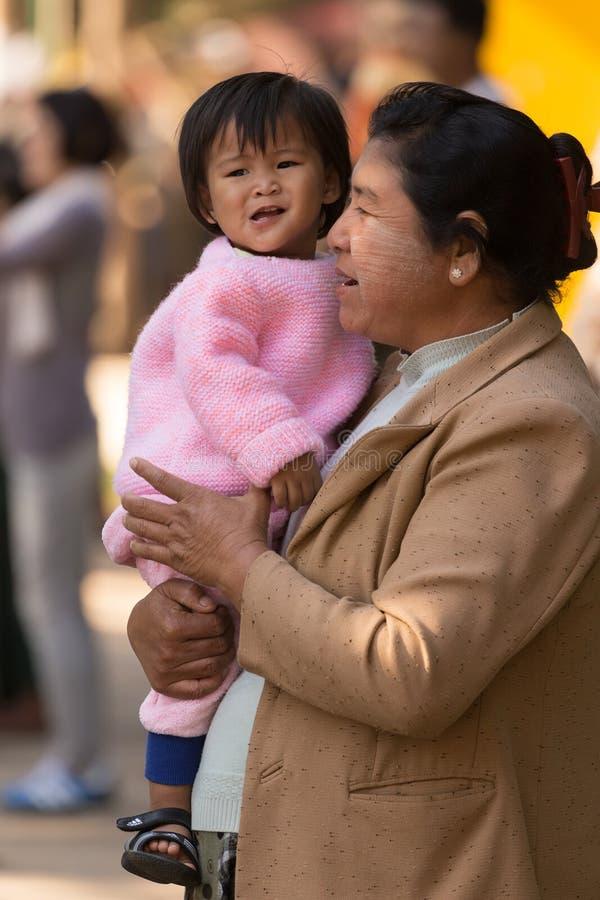Mère birmanne tenant le daugther images libres de droits