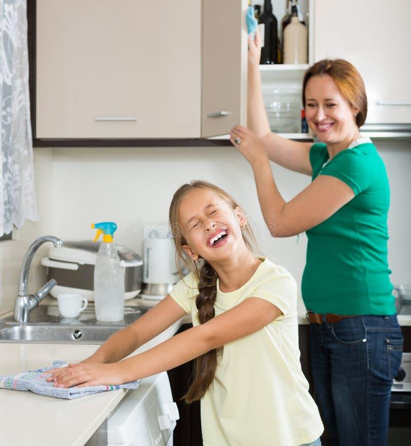 Mère de aide de petite fille à la cuisine photos libres de droits
