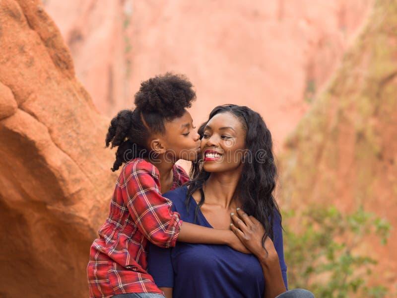 Mère de baiser d'enfant image libre de droits