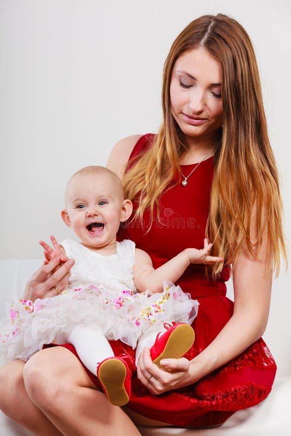 Mère de beauté avec l'enfant en bas âge photos stock