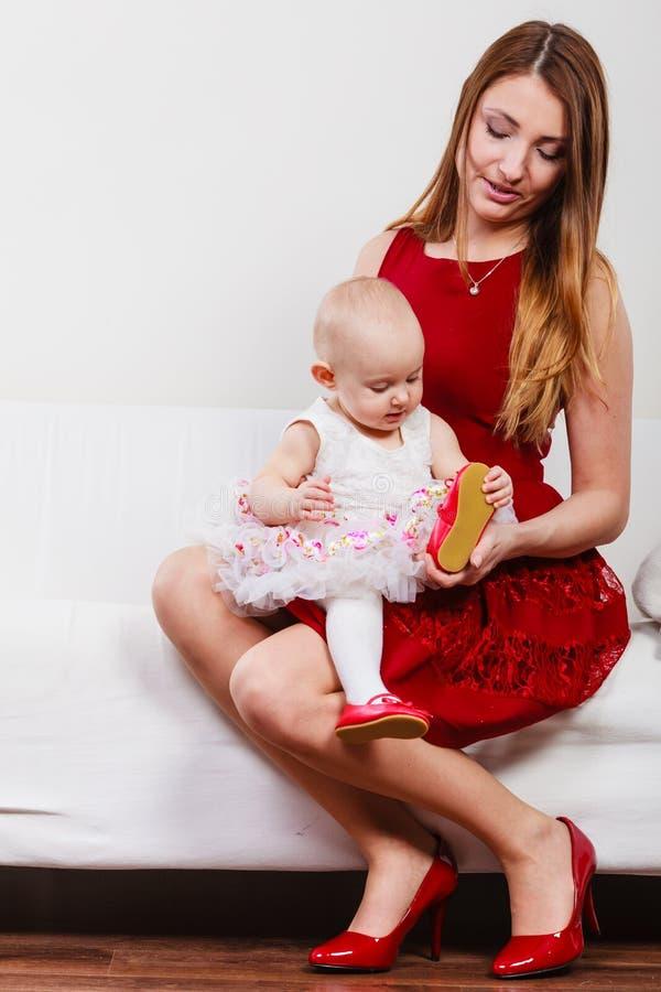 Mère de beauté avec l'enfant en bas âge photographie stock libre de droits
