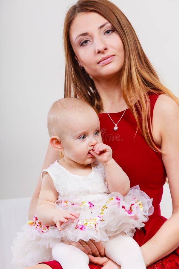 Mère de beauté avec l'enfant en bas âge photographie stock