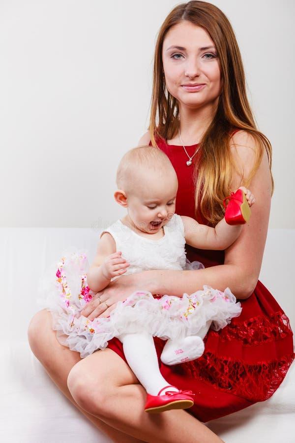 Mère de beauté avec l'enfant en bas âge photo stock