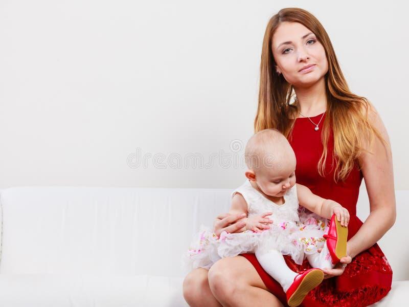 Mère de beauté avec l'enfant en bas âge photo libre de droits
