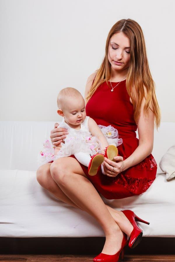 Mère de beauté avec l'enfant en bas âge photos libres de droits