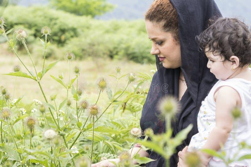 Mère de concept d'exploration de nature et enfant en bas âge dans l'environnement extérieur photographie stock libre de droits