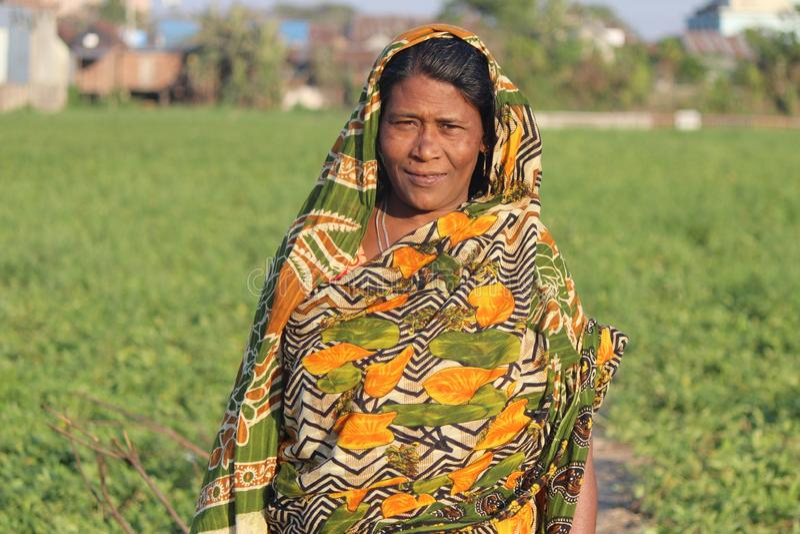 Mère de Moyen Âge de Bengali sur son village images libres de droits