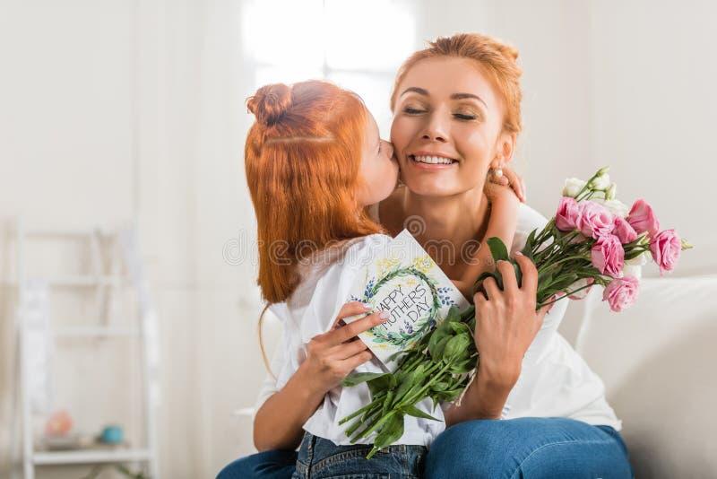 Mère de salutation de fille le jour de mères photo libre de droits