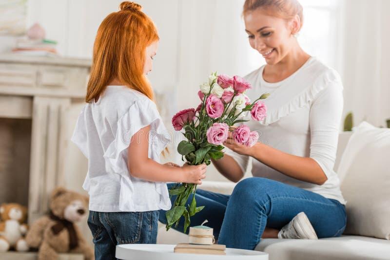Mère de salutation de fille le jour de mères photo stock