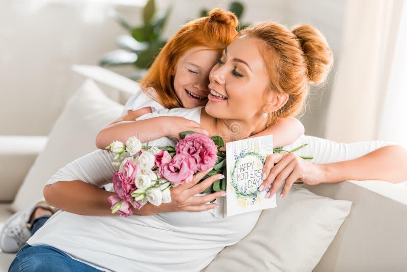Mère de salutation de fille le jour de mères images stock