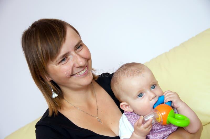Mère de sourire avec le bébé images libres de droits