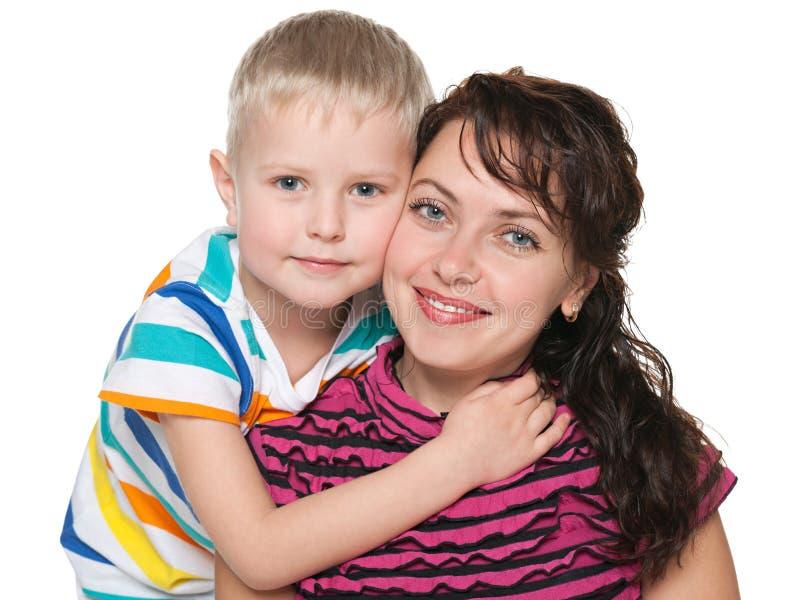 Mère de sourire avec son fils image stock