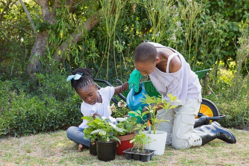 Download Mère De Sourire Heureuse Faisant Du Jardinage Avec Sa Fille Image stock - Image du people, femelle: 56485223