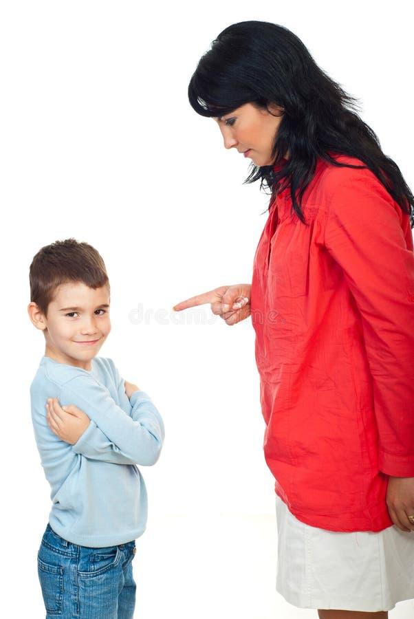 Mère discutant son enfant vilain image libre de droits