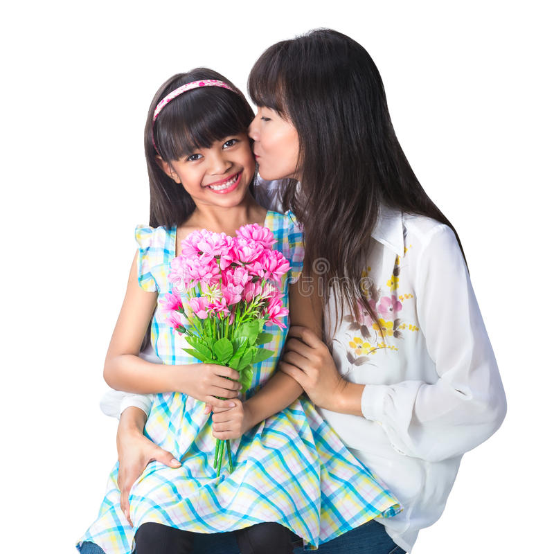 Mère embrassant sa belle fille images stock