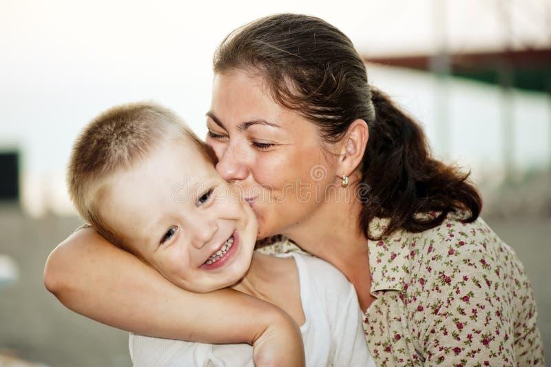 Mère embrassant sa chéri photo stock