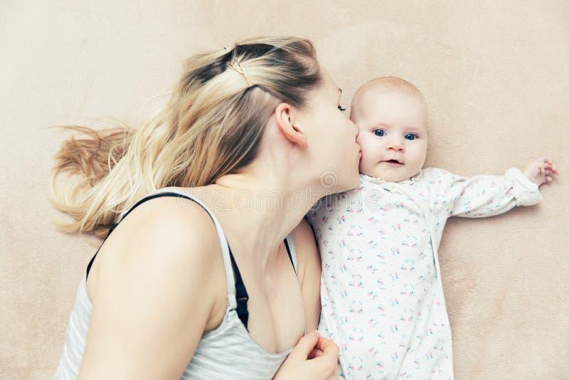 Mère embrassant son bébé infantile photos libres de droits