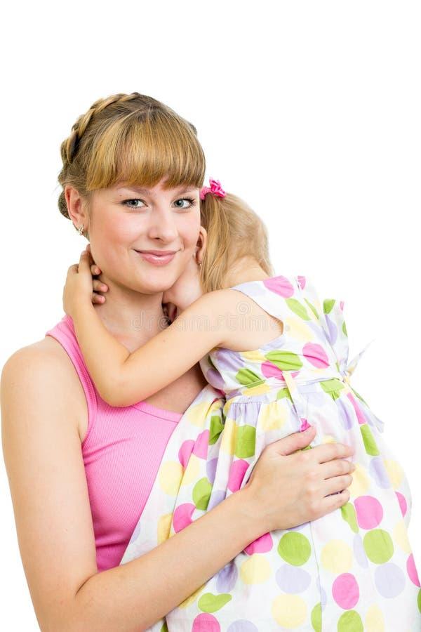 Mère embrassant son enfant de descendant d'isolement image libre de droits