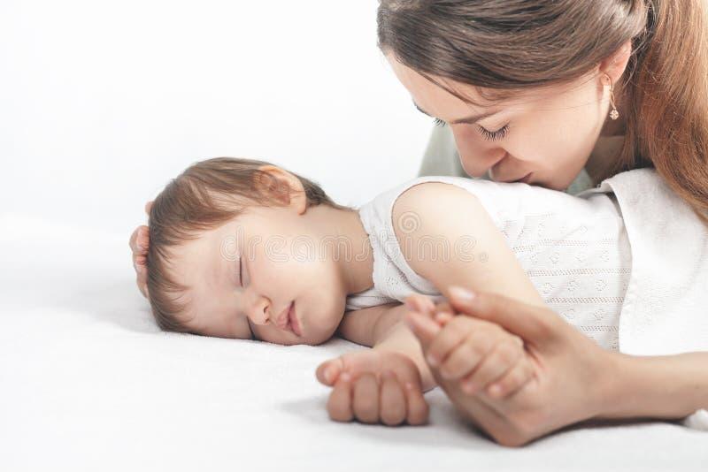 Mère embrassant un bébé Concept de soin photos libres de droits