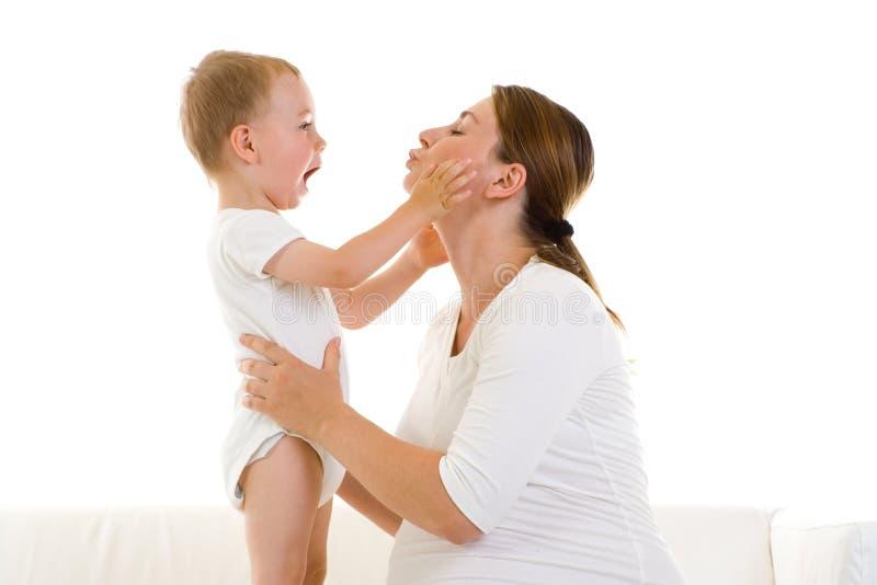 Mère enceinte avec le fils image stock