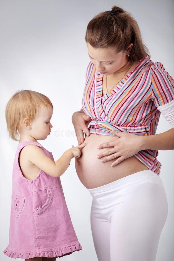 Mère enceinte avec son descendant photo stock