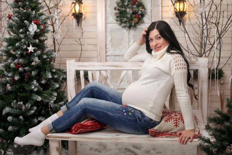 Mère enceinte de jeunes de portrait photo stock