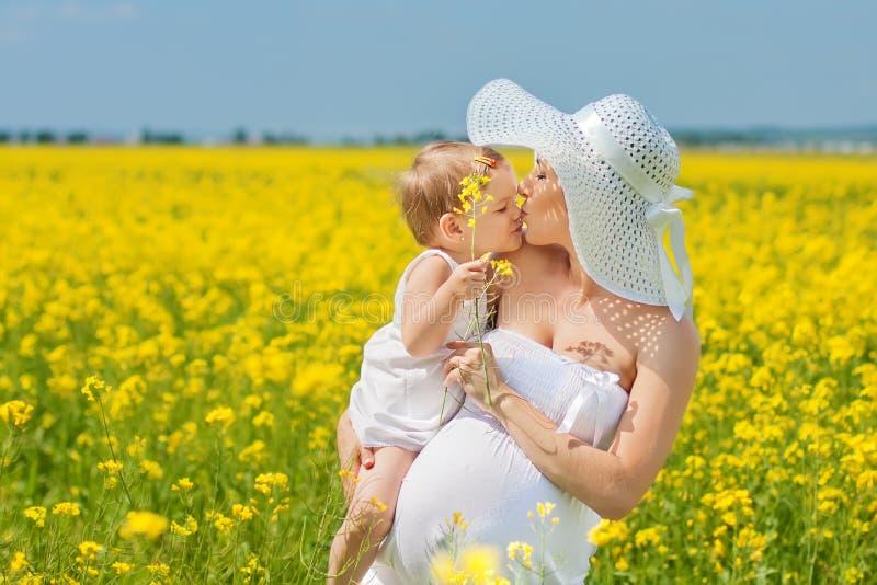 Mère enceinte et sa fille photographie stock