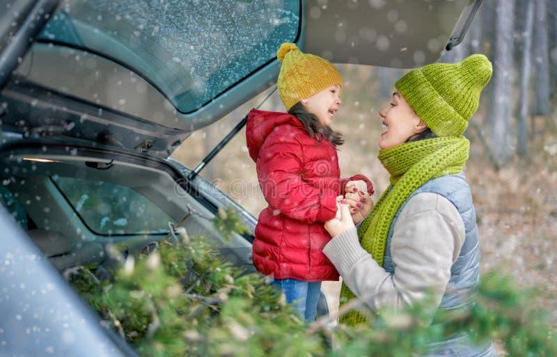 Mère, enfant et voiture dans une nature hivernale enneigée photos libres de droits