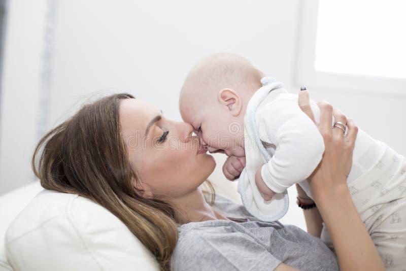 Download Mère et bébé image stock. Image du neuf, chéri, petit - 76089247