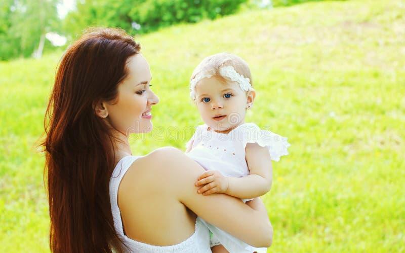 Mère et bébé affectueux heureux ensemble dehors image libre de droits
