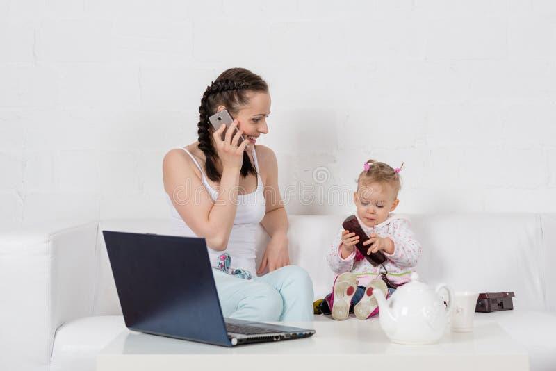 Mère et bébé avec le téléphone. image libre de droits