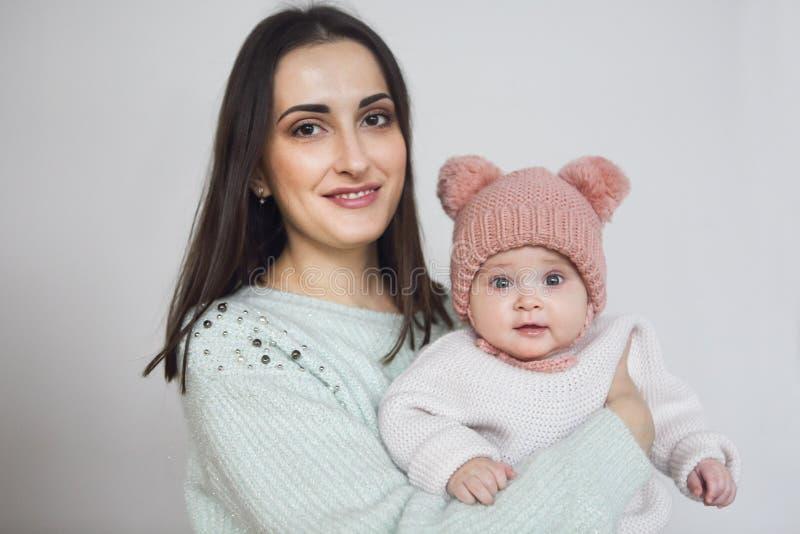 Mère et bébé jouant et souriant, famille heureuse à l'intérieur photographie stock libre de droits