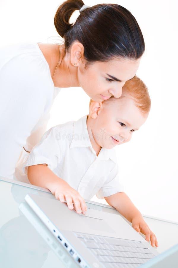 Mère et chéri à l'aide de l'ordinateur portatif photographie stock