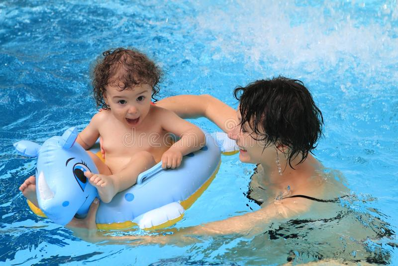 Mère et chéri dans la piscine